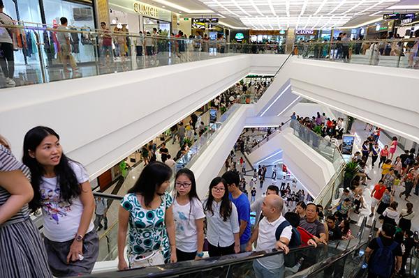 Đông đảo khách hàng tham quan, vui chơi và mua sắm trong ngày Vincon Center Landmark 81 khai trương.