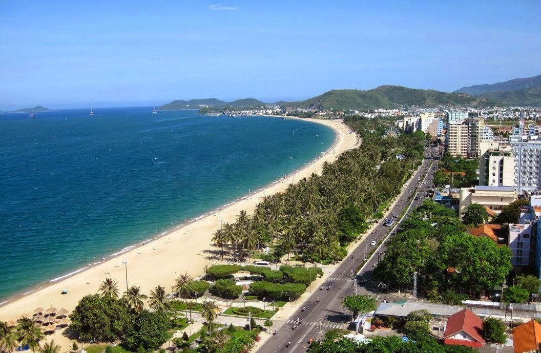 Đường Trần Phú, TP. Nha Trang. Con đường sở hữu bãi biển dài và đẹp.